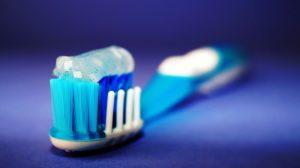 Limpiar los faros del coche con pasta de dientes